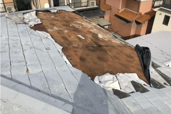 台風で捲れた屋根材