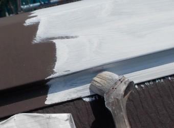 棟板金に錆止めを塗布します