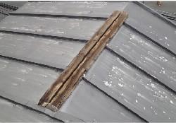 表面の屋根材だけでなく防水紙や下地の劣化が進んでいます