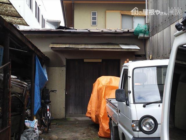 納屋屋根破損全景