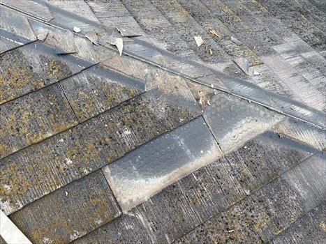堺市西区にて台風や劣化被害で屋根及び軒天補修工事を行った様子