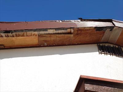 堺市南区で劣化や台風被害に遭った軒天と破風板の補修・塗装工事