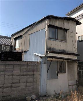 堺市堺区にて経年劣化と強風で軒樋及び軒天が破損した現地調査