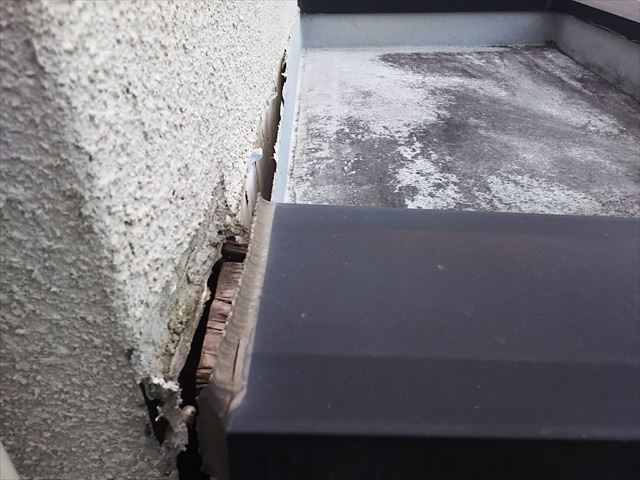玄関庇上部壁取合い不良状況