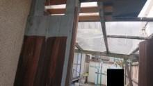 木戸建具と波板屋根破損状態