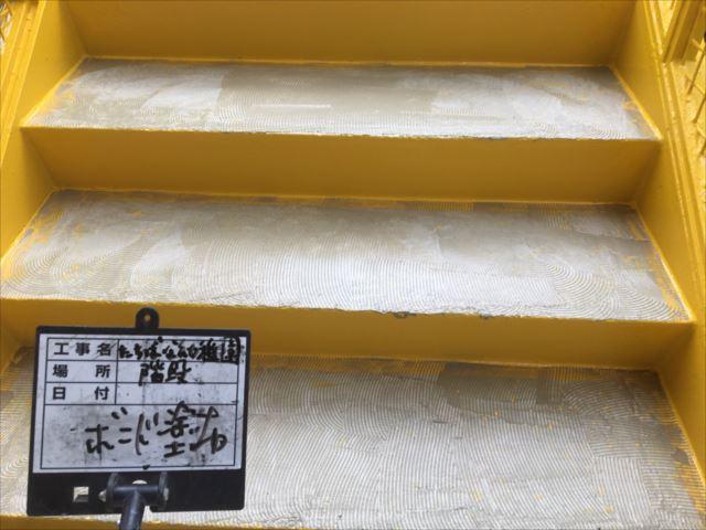 鉄骨階段床面シート貼りボンド塗布