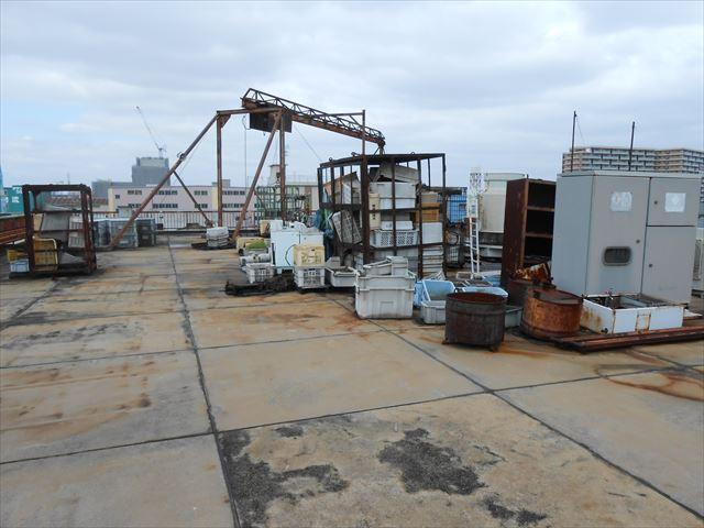 屋上残材と防水状況