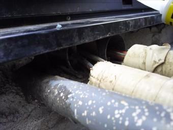 サッシ下貫通配管穴状況