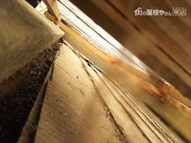 既存波板屋根下部隙間状況