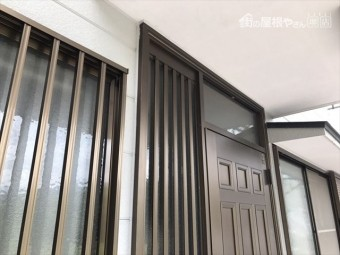 外壁塗装 玄関サッシ廻りコーキング打ち替え後