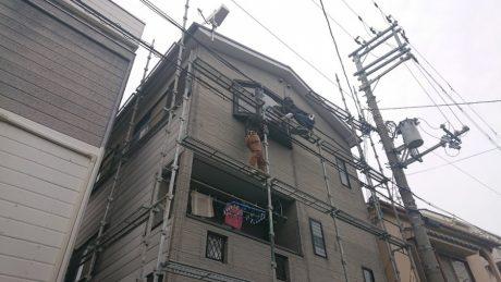 高石市で3階建て住宅の仮設足場と屋根改修工事を施工しました。