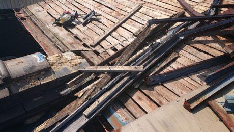 大屋根破損部瓦棒撤去状況