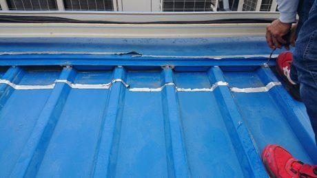 笠木水切りと屋根材へのビス増打ち