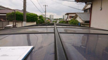 堺市南区より飛散した駐車場ポリカー屋根補修と床改修他を調査