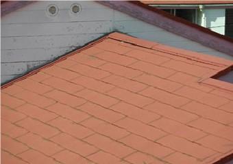 屋根や外壁が色褪せた建物